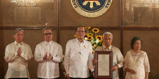 (L-R, National Academy of Science and Technology president William Padolina, Department of Science and Technology secretary Mario Montejo, Pres. Benigno Aquino III, Dr. Angel Alcala and his wife, Naomi). Pres. Aquino awards the highest honor of National Scientist to an outstanding Sillimanian, Dr. Alcala, last Aug. 12 at the Malacañang Palace. PHOTO BY Gil Nartea / Malacañang Photo Bureau