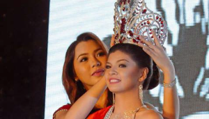 67TH MISS SILLIMAN. Miss Silliman 2013 Greenette Gael Tuazon turns over the crown to Sophia Cassandra Diago of the College of Business Administration last Aug. 24 at the Lamberto Macias Sports Complex. . PHOTO BY Nel Dableo