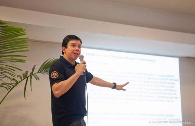 Mr. Dennis Franco M. Layug, the president of East West Educational Specialists (EWES) Group of Companies, talks to business administration students about the challenges of the Association of Southeast Asian Nations (ASEAN) and the best ways to prepare for the ASEAN integration last Sept. 8 at Bethel Guest House. PHOTO BY Gelend Quindo Talahuron