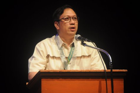 HUMANE. Dr. Francisco E. Sarmiento lll, Program Manager of Philippine Organ Donation and Transplantation Program, talks about organ transplantation and its ethical and moral implications last Sept. 19 at Luce Auditorium. PHOTO BY Hannah Bengco