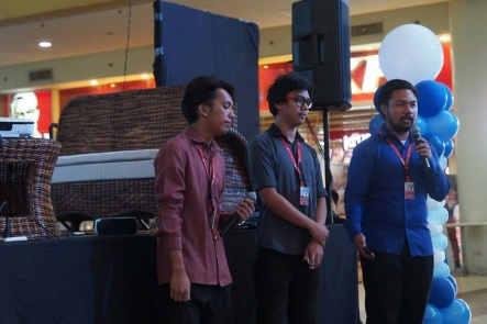 DEVELOP. Students of the SU College of Computer Studies showcase their projects at the Dumaguete University Town Innovative Expo organized by the DOST last Nov. 28 at the Robinson's Mall Dumaguete. PHOTO BY Gloria Gem Lumayag