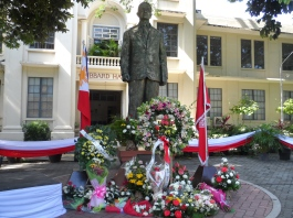 REMEMBERING THE HIBBARDS. Floral offerings deck the statue of Dr. David Hibbard, Silliman's founder and first president, after the August 10 commemoration of his and his wife Laura's arrival in Dumaguete to lay the foundation of Silliman University. The Hibbards set foot on Dumaguete on August 10, 1901 and in 18 days opened Sillman Institiute. PHOTO BY Al Remuel B. Tubongbanua