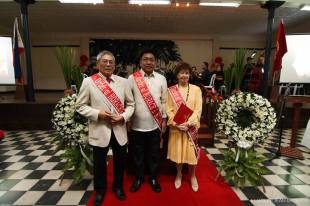 THANKSGIVING. Silliman benefactors Mr. Rolando. V. Magdamo (L), wife Helga Magdamo (R), and Philsouth Properties and Development Cooperation through its manager, Mr. Luisito M. Tijing (C) receive the Order of Horace award last Aug. 25. The Order of Horace is a recognition given to people who have shared their blessings with Silliman University that help improve university Services and facilities. PHOTO by Lucille Jean Raterta