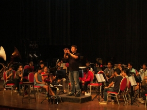 THE MAESTRO. Maestro Gerard Salonga holds a training session with the Silliman Band at the Luce Auditorium. Salonga will conduct the ABS-CBN Philharmonic orchestra's performance on Sep. 28 and 29 at Luce Auditorium. PHOTO BY AL REMUEL TUBONGBANUA